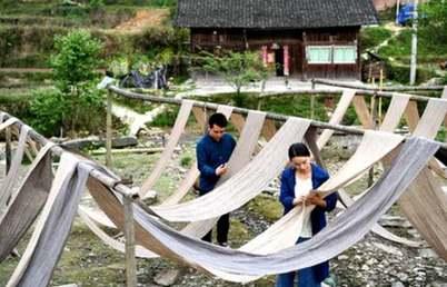 侗族大学生夫妻回村创业卖土布