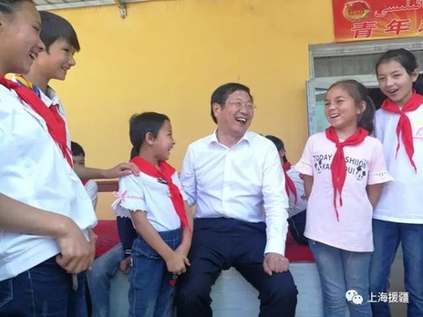 一进大门,代表团成员就被一群活泼可爱的维吾尔族小孩子包围.