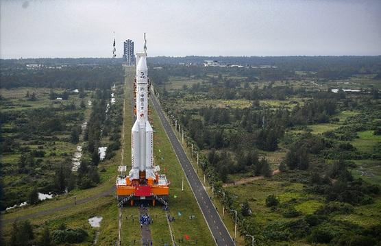 长征五号遥五运载火箭垂直转运至发射区