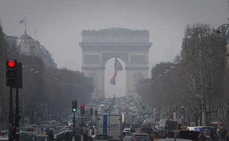 巴黎应对空气污染 车辆临时单双号限行